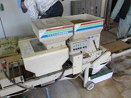床土と種籾を育苗箱の中に入れる機械